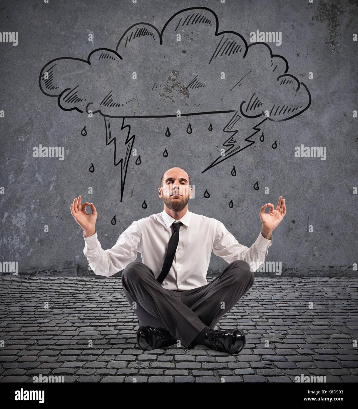 Imprenditore pratica yoga sotto una nuvola di pioggia Immagini Stock