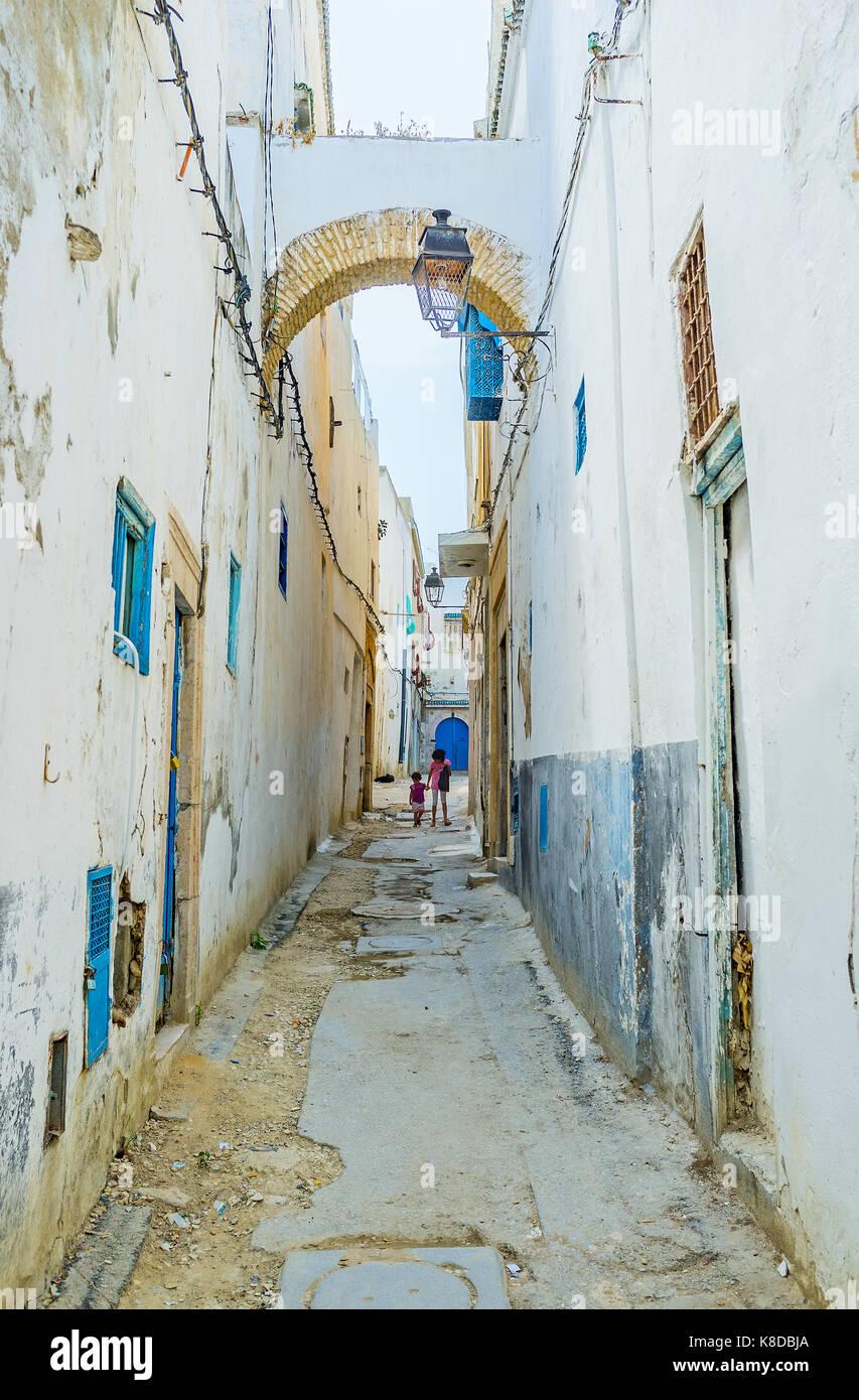 Tunisi, Tunisia - 2 settembre 2015: medina ha shabby alloggiamento, strette strade caotiche, strade sporche e molti Immagini Stock