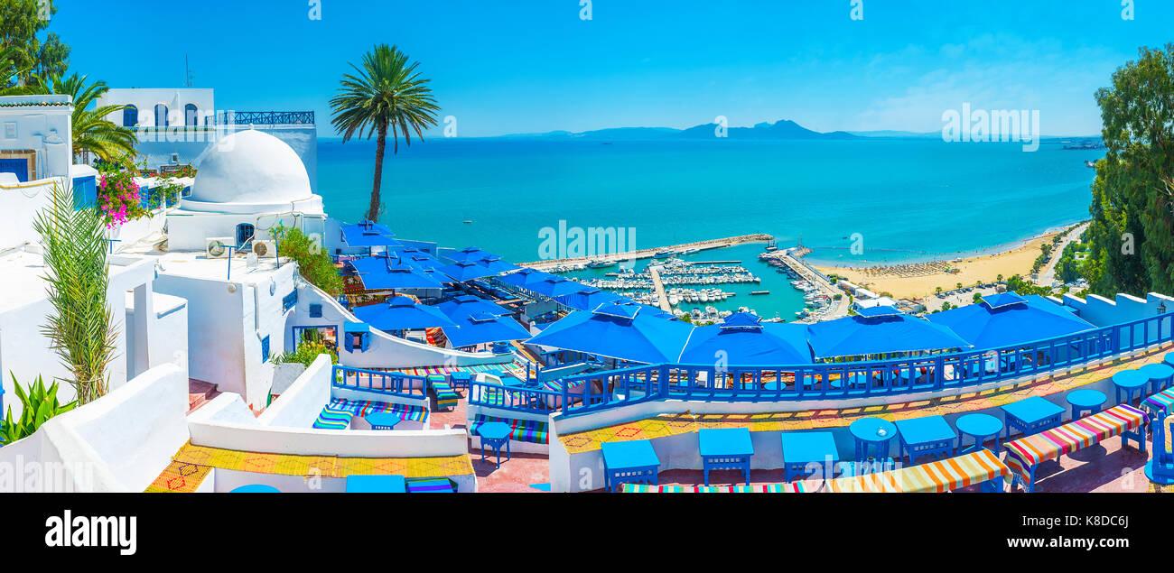 Sidi Bou Said vanta ristoranti di lusso e punti di vista incredibile e si affaccia con le sue spiagge, porto e di Immagini Stock