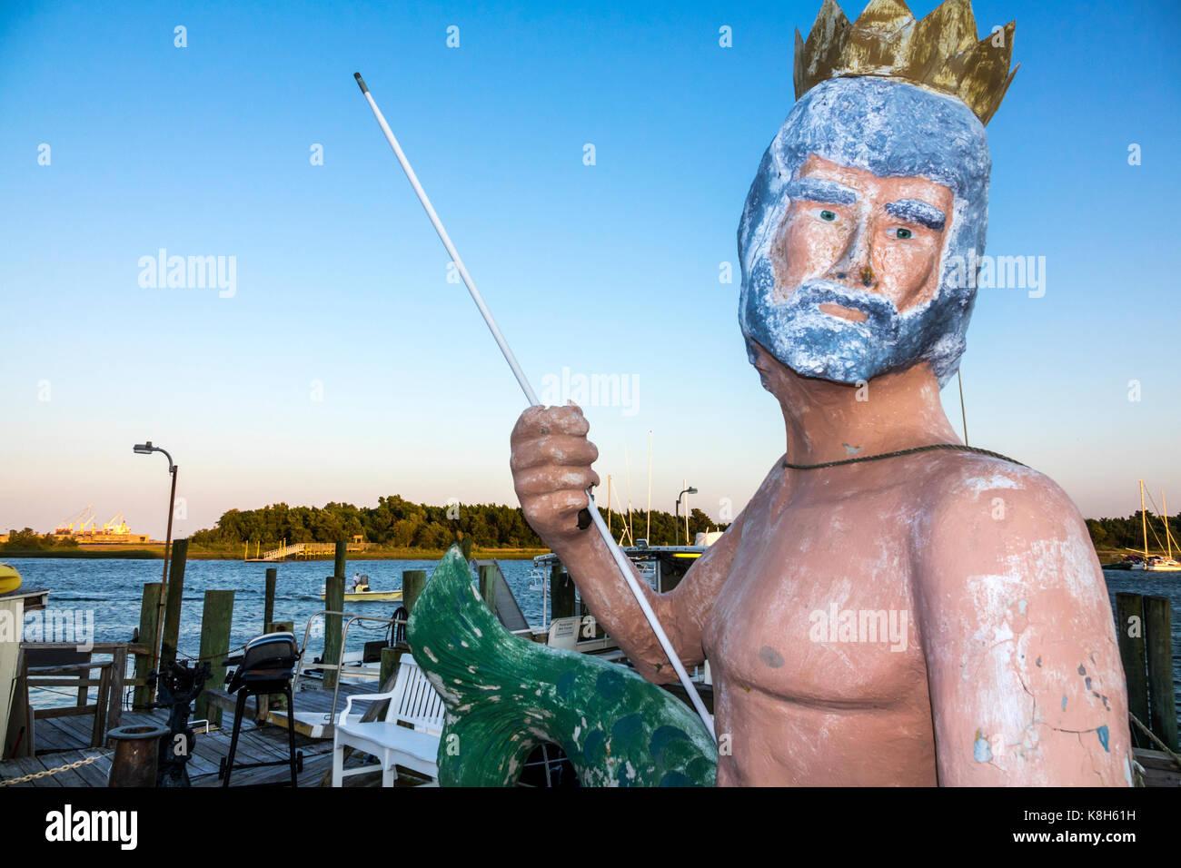 North Carolina NC Morehead City Boga Sound waterfront Olympus Dive Center statua di Poseidone Immagini Stock