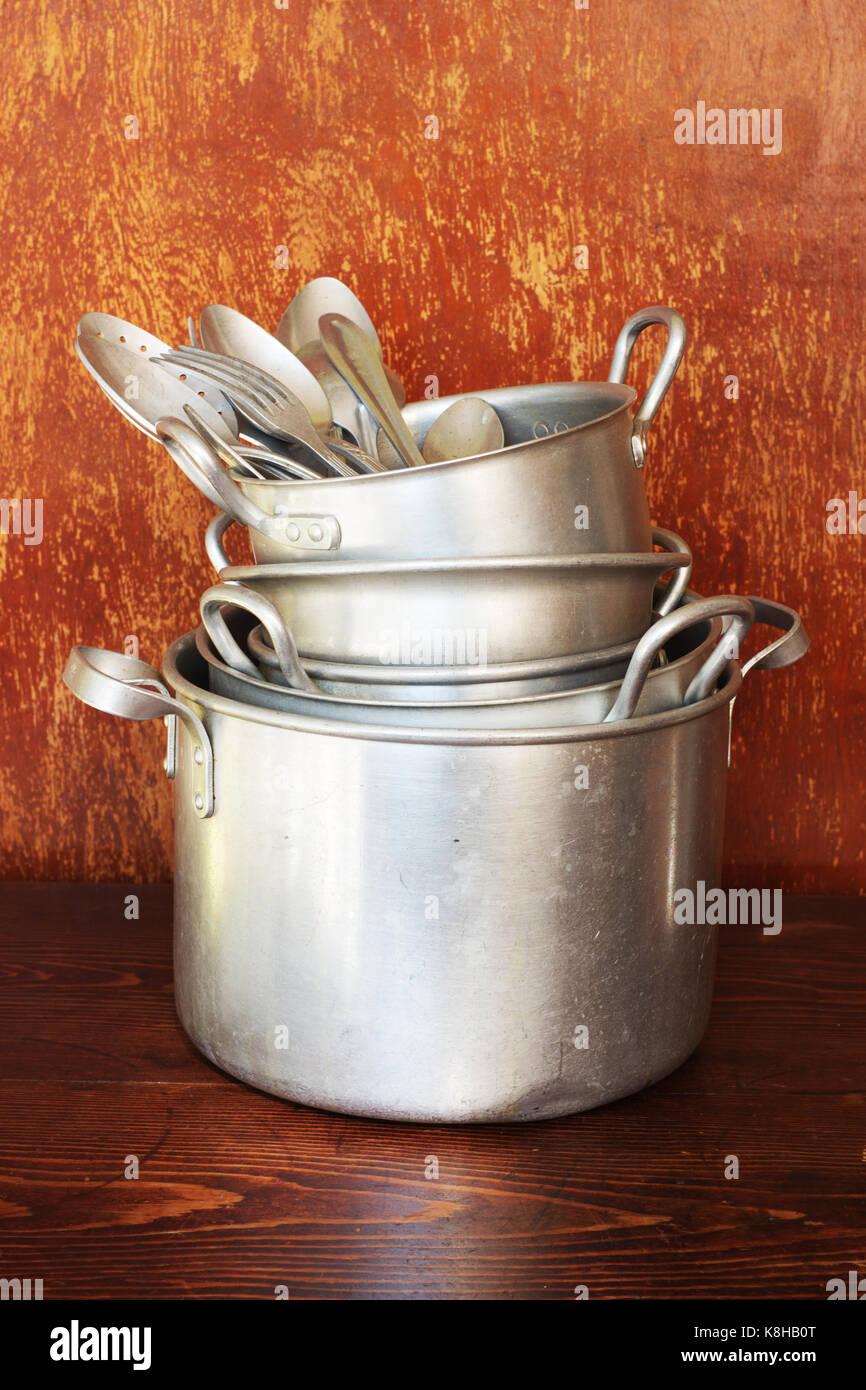 Alluminio vecchi utensili da cucina sono pentole, stoviglie ...