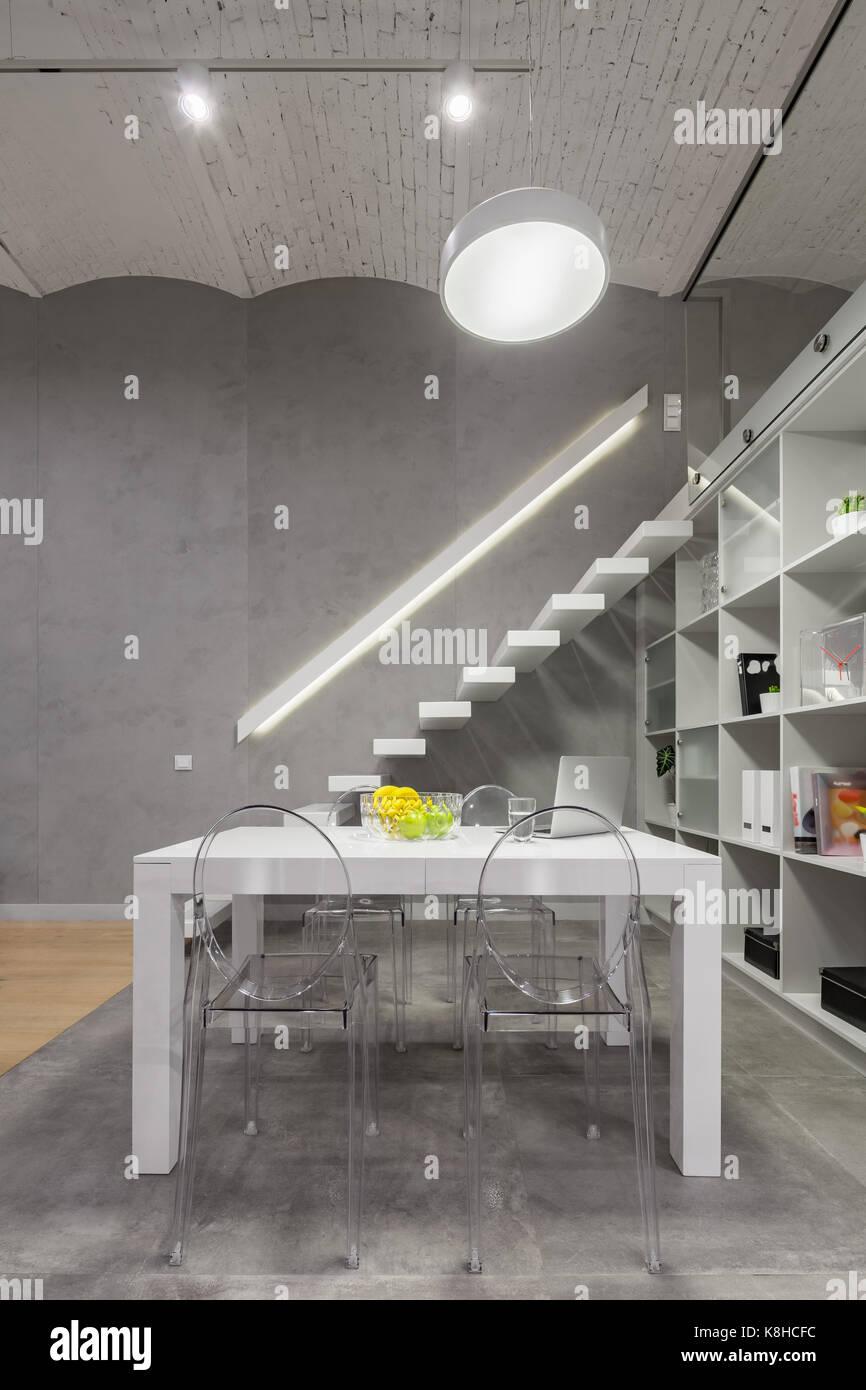 Tavolo Legno E Sedie Trasparenti.Appartamento Loft Con Tavolo Bianco Moderne Sedie Trasparenti