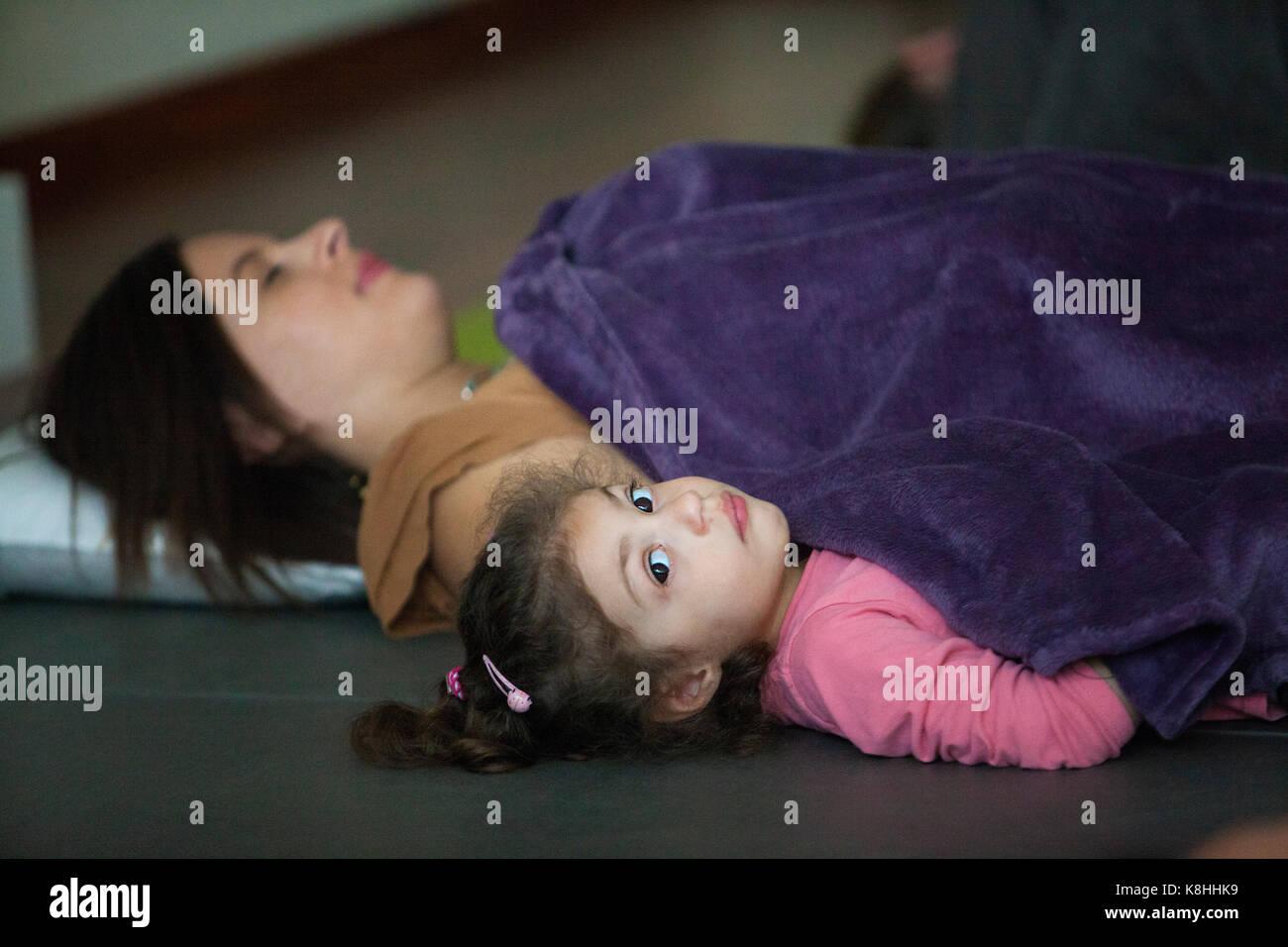 18f12b9d7f9f Genitore e bambino la pratica dello yoga Foto & Immagine Stock ...