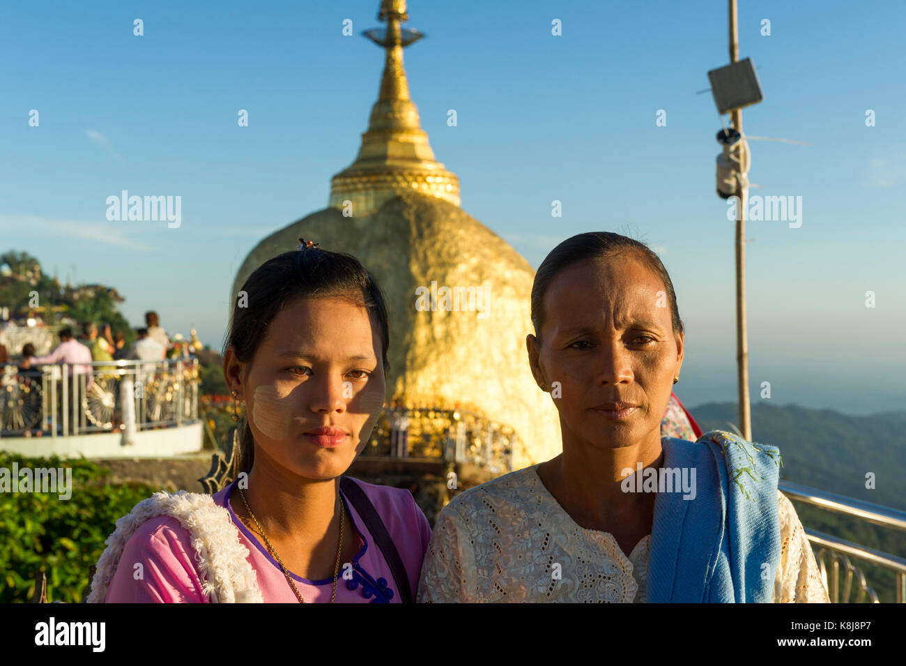 6cac68550051 Myanmar (ex Birmania). Kyaiktiyo. Membro Lunedi sito sacro del golden rock.