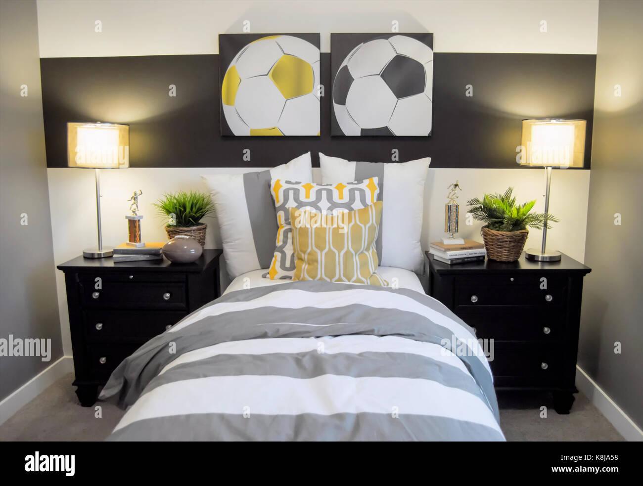 Un calcio decorate camera da letto con un letto singolo e comodini ...