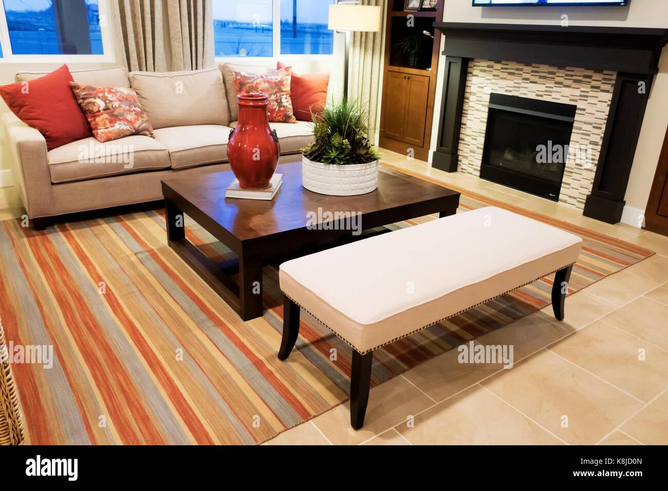 Camino Bianco In Pietra : Un soggiorno con un divano bianco un acero tavolo laterale e un