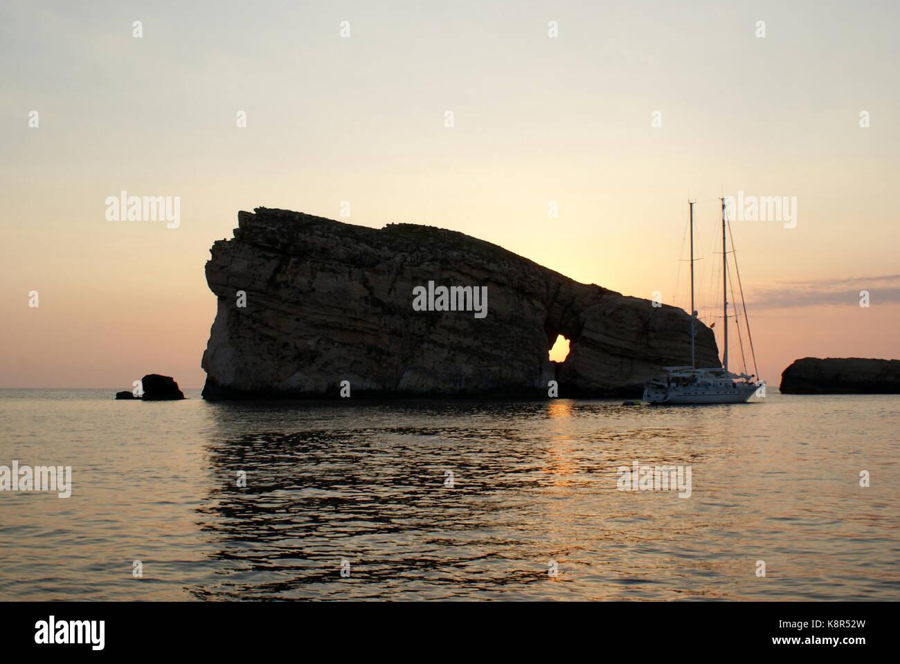 Tramonto dietro la roccia del fungo, Dwejra Bay, San Lawrenz, Gozo, Arcipelago Maltese Immagini Stock