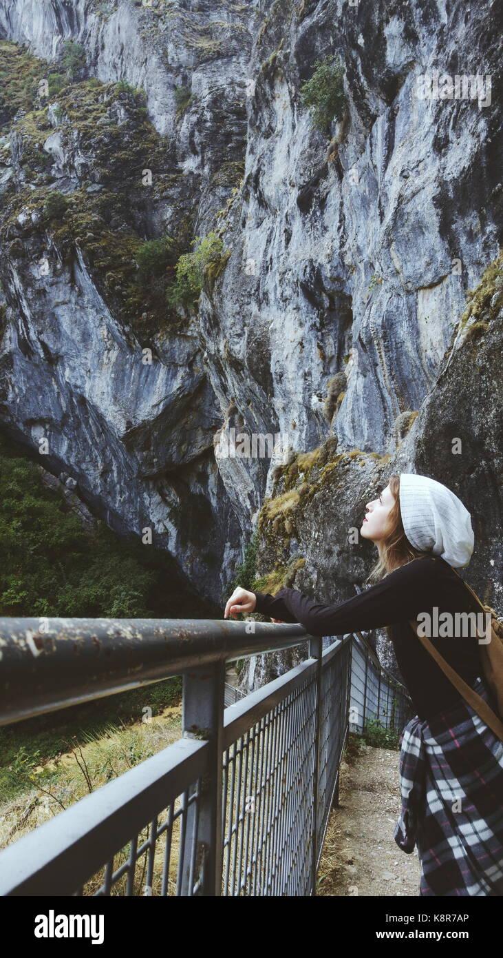 Giovane donna di viaggiatori persi in una enorme montagna Immagini Stock