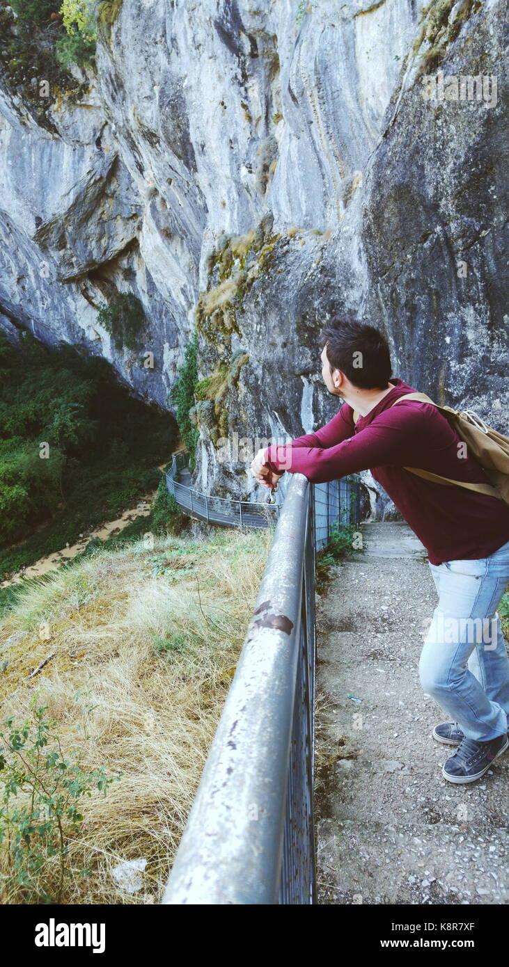 Giovane uomo godendo la giornata nella natura Immagini Stock
