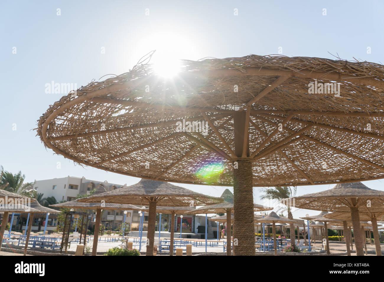 Sole Sotto L Ombrellone.Vista Del Sole Da Sotto L Ombrellone Vimini Ombrelloni In