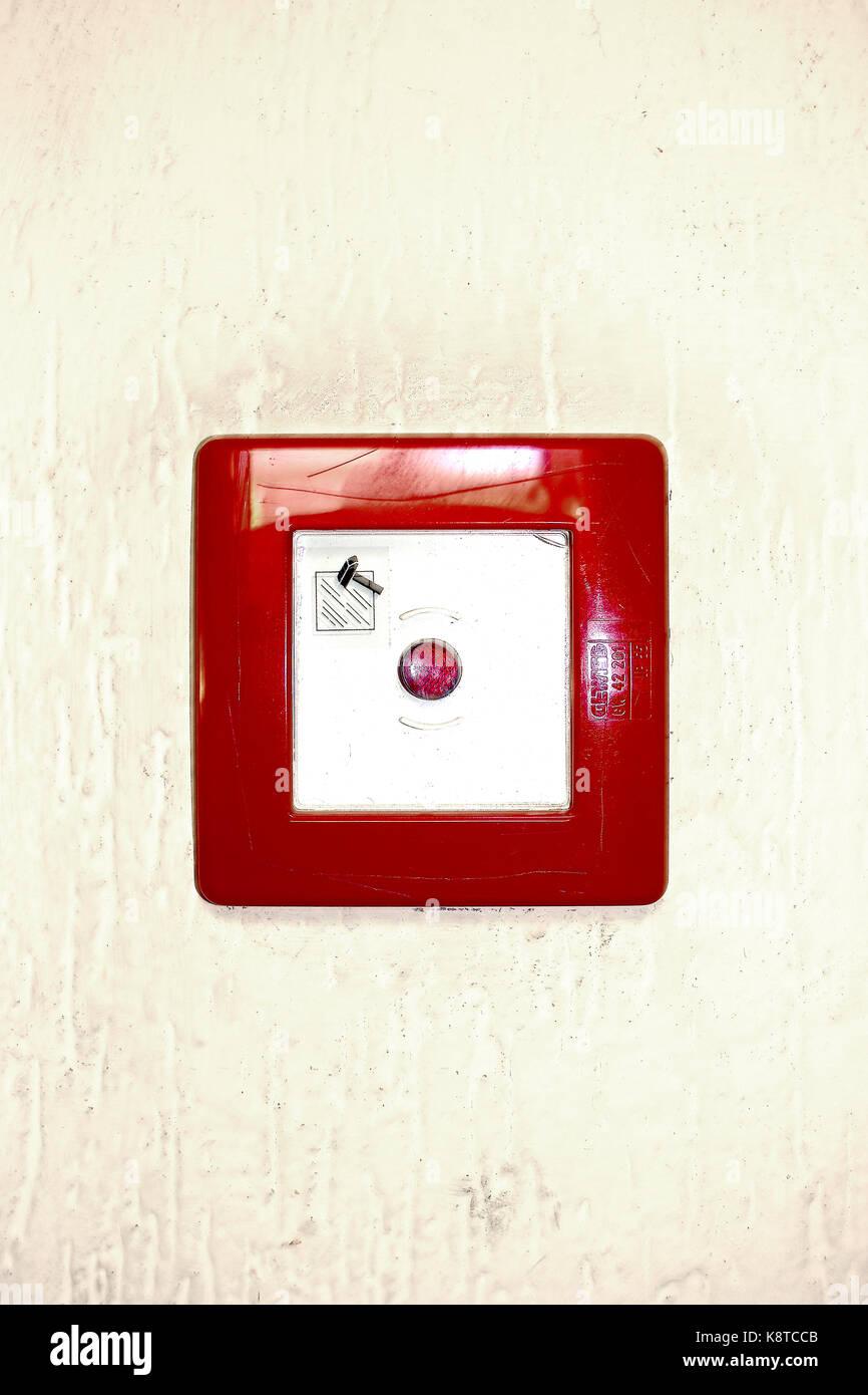 Un quadrato rosso sul pulsante di emergenza su sfondo bianco Immagini Stock