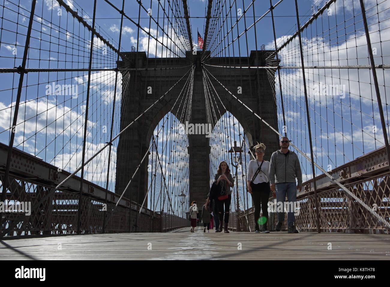 New york, ny, Stati Uniti d'America - 3 maggio 2017: worm vista agli occhi delle persone che camminano a manhattan Foto Stock