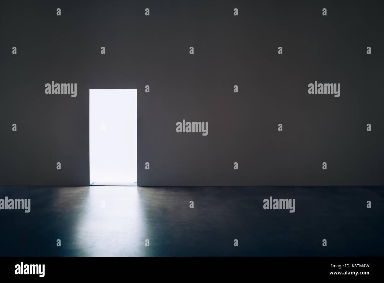 Porta di luce nella stanza buia.concetto di speranza Immagini Stock