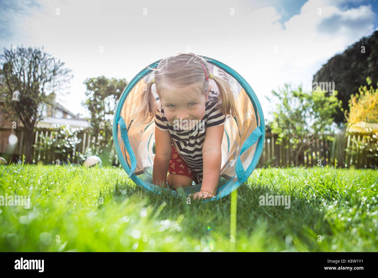 Bambina giocare in giardino Foto Stock