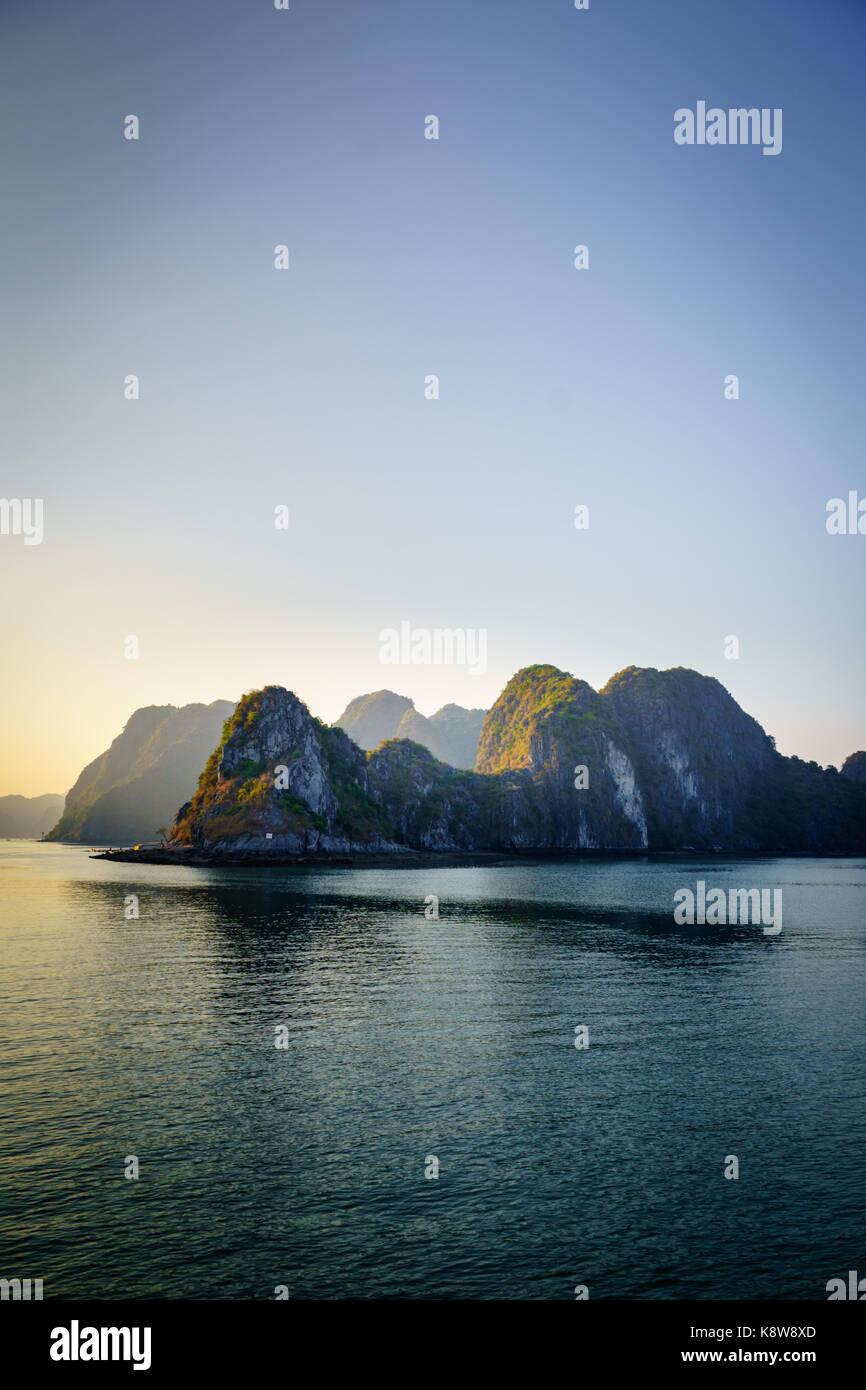 Baia di ha lungo suggestivo paesaggio con isole carsiche. Ha Long Bay è un sito patrimonio dell'umanità dell'UNESCO Foto Stock
