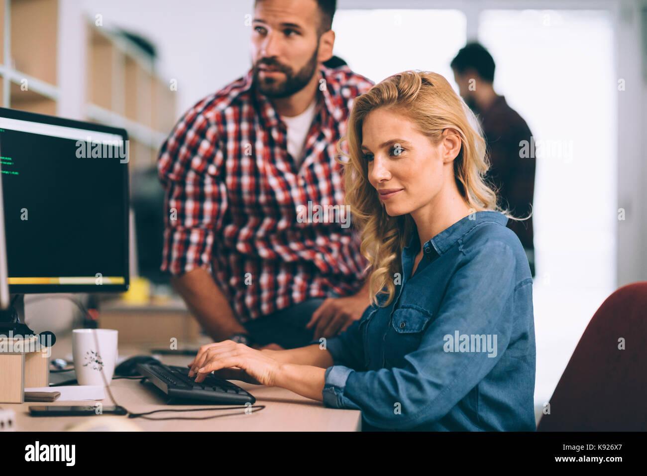 Gli ingegneri software su progetto e programmazione in azienda Immagini Stock