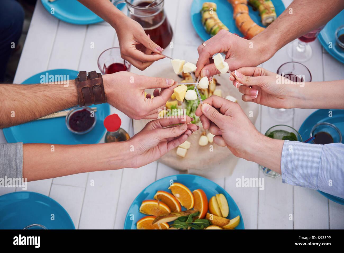 Compleanno di amici a un picnic Immagini Stock