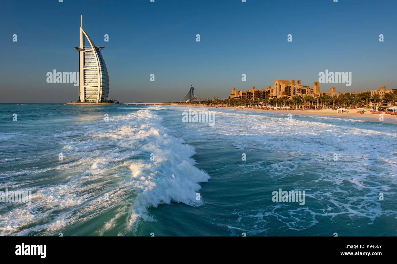 Cityscape di dubai, Emirati arabi uniti, con il burj al arab grattacielo sulla costa del golfo persico in distanza. Foto Stock