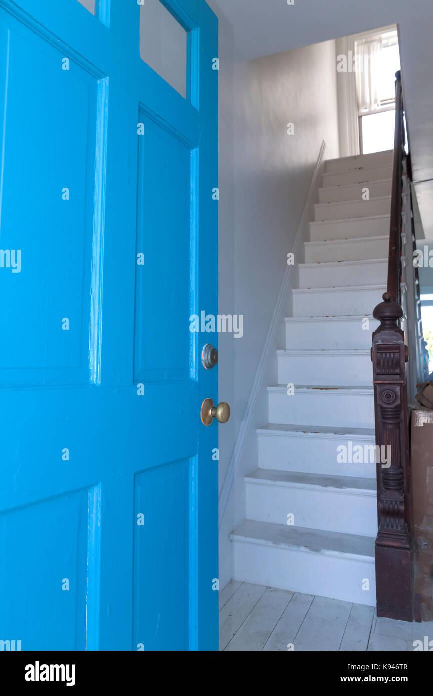 Una scalinata di fronte ad una porta anteriore, il quale è considerato per essere cattivo feng shui perché Immagini Stock