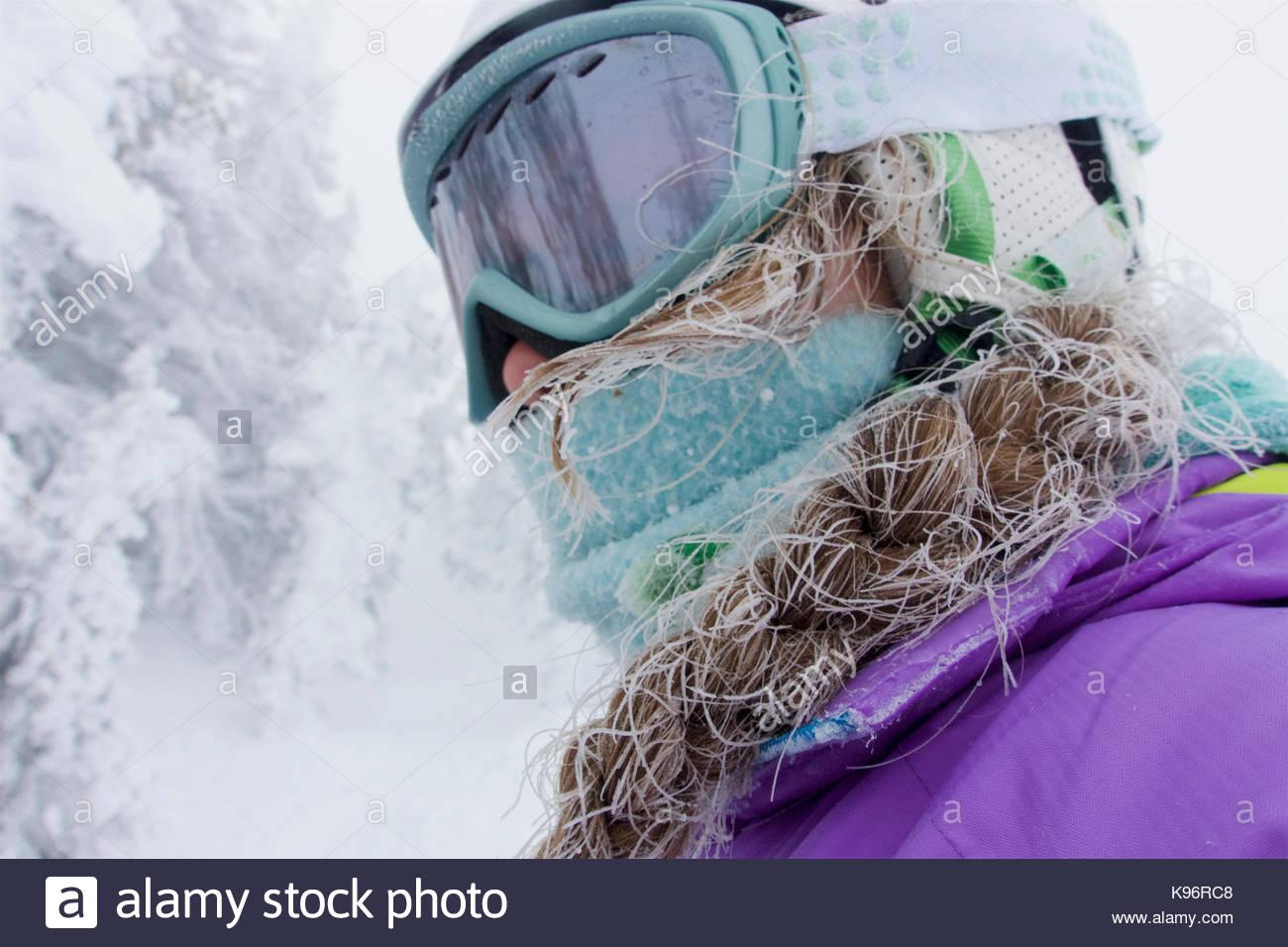 Una ragazza adolescente, con capelli nevosi da sci in una nebbia fredda, in Grand Targhee montagne. Immagini Stock