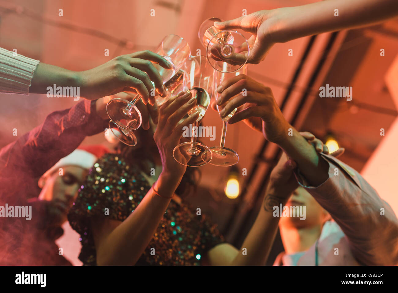 Amici tintinnanti bicchieri di champagne Immagini Stock