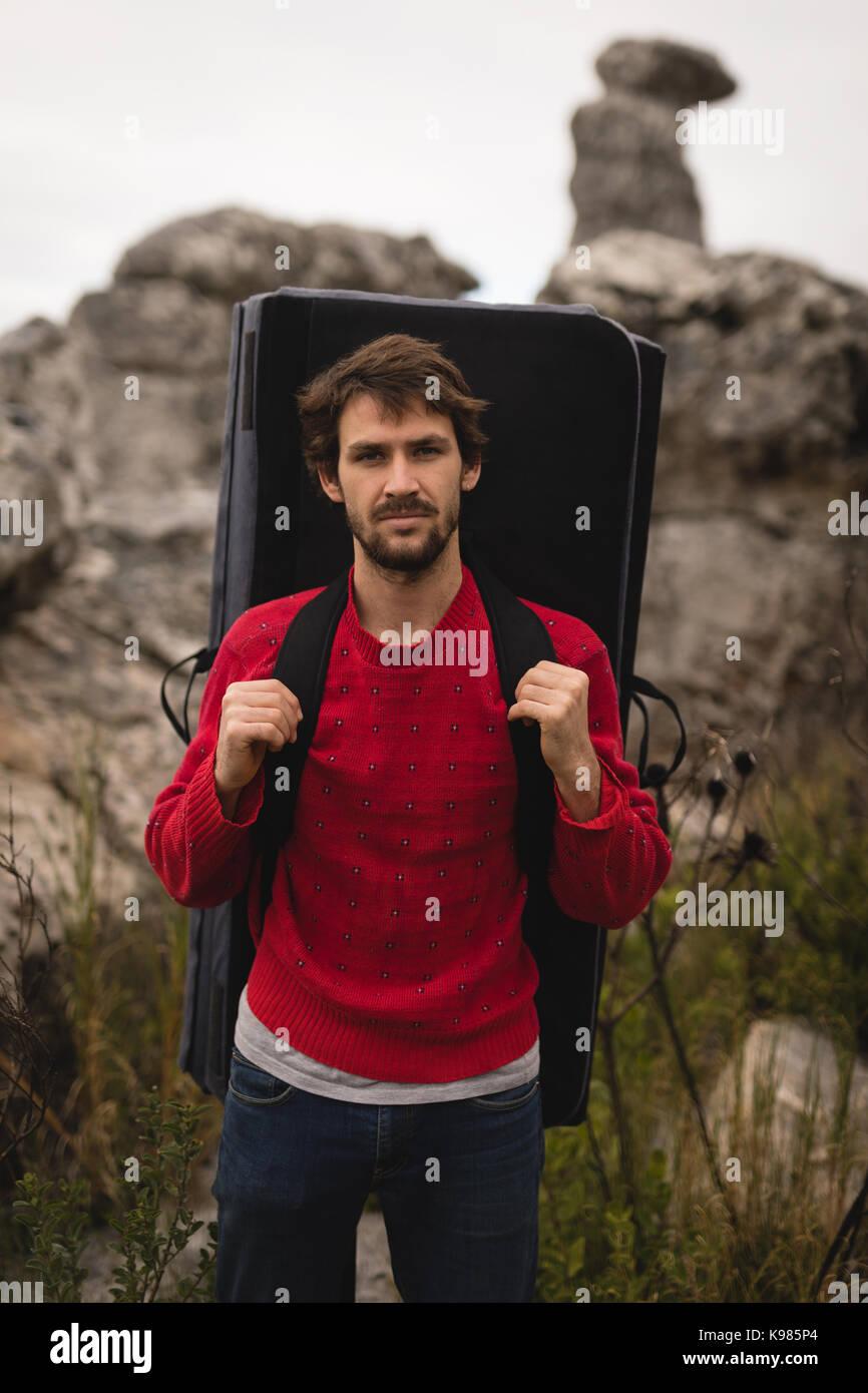 Ritratto di fiducioso man standing con materasso Immagini Stock