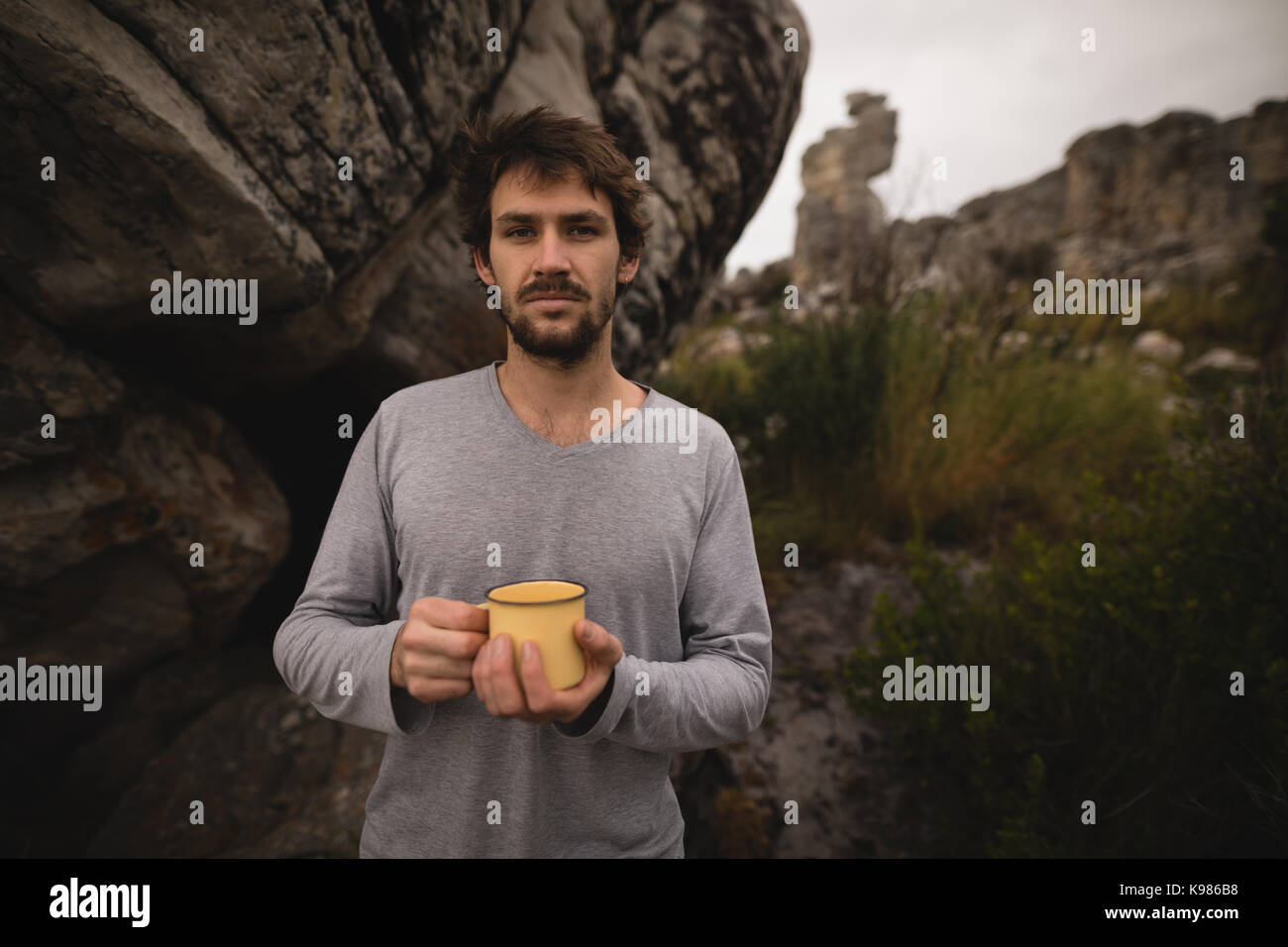Ritratto di fiducioso uomo azienda caffè in una giornata di sole Immagini Stock