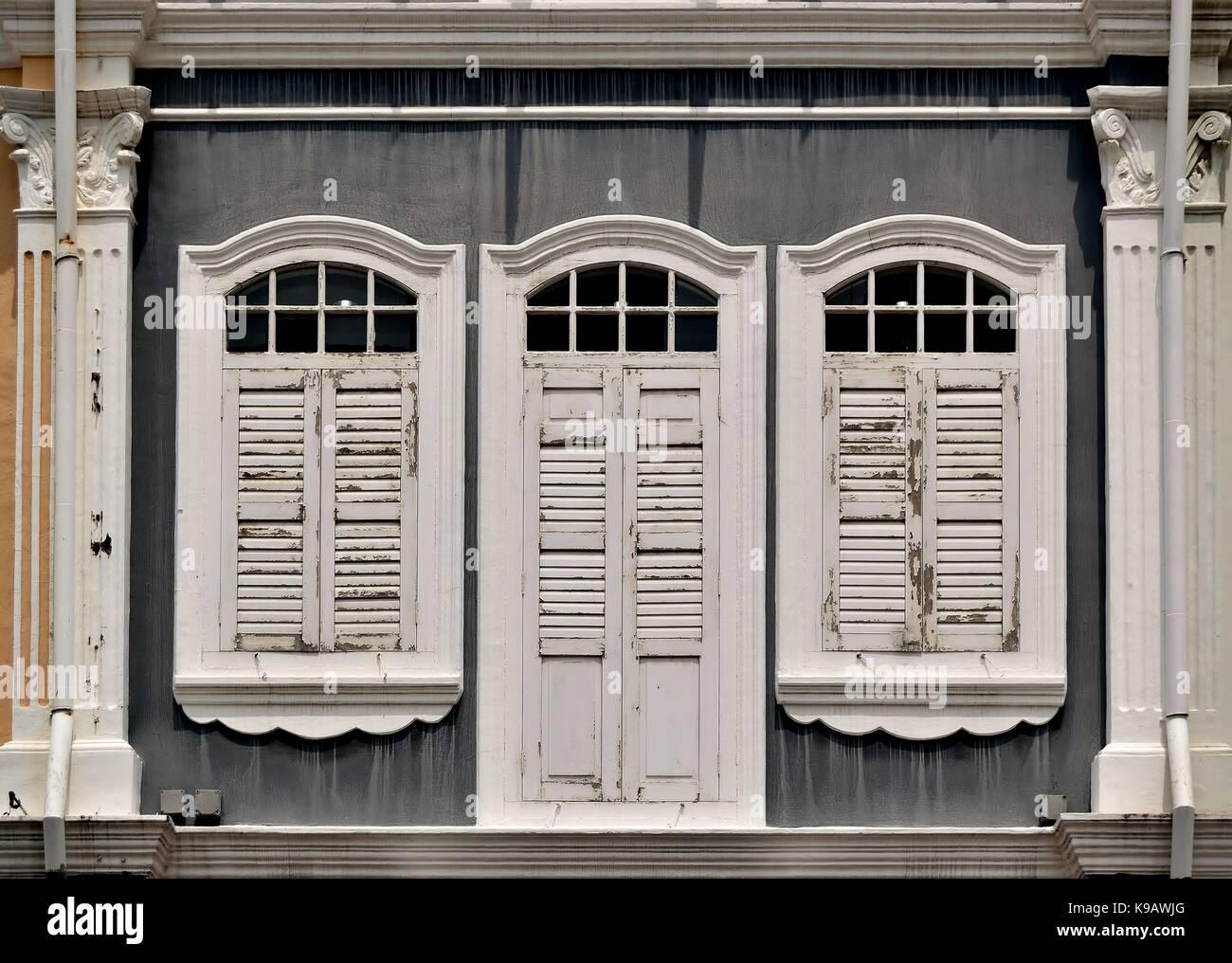 Case Con Persiane Grigie : Singapore tradizionale negozio casa esterno con facciata di colore