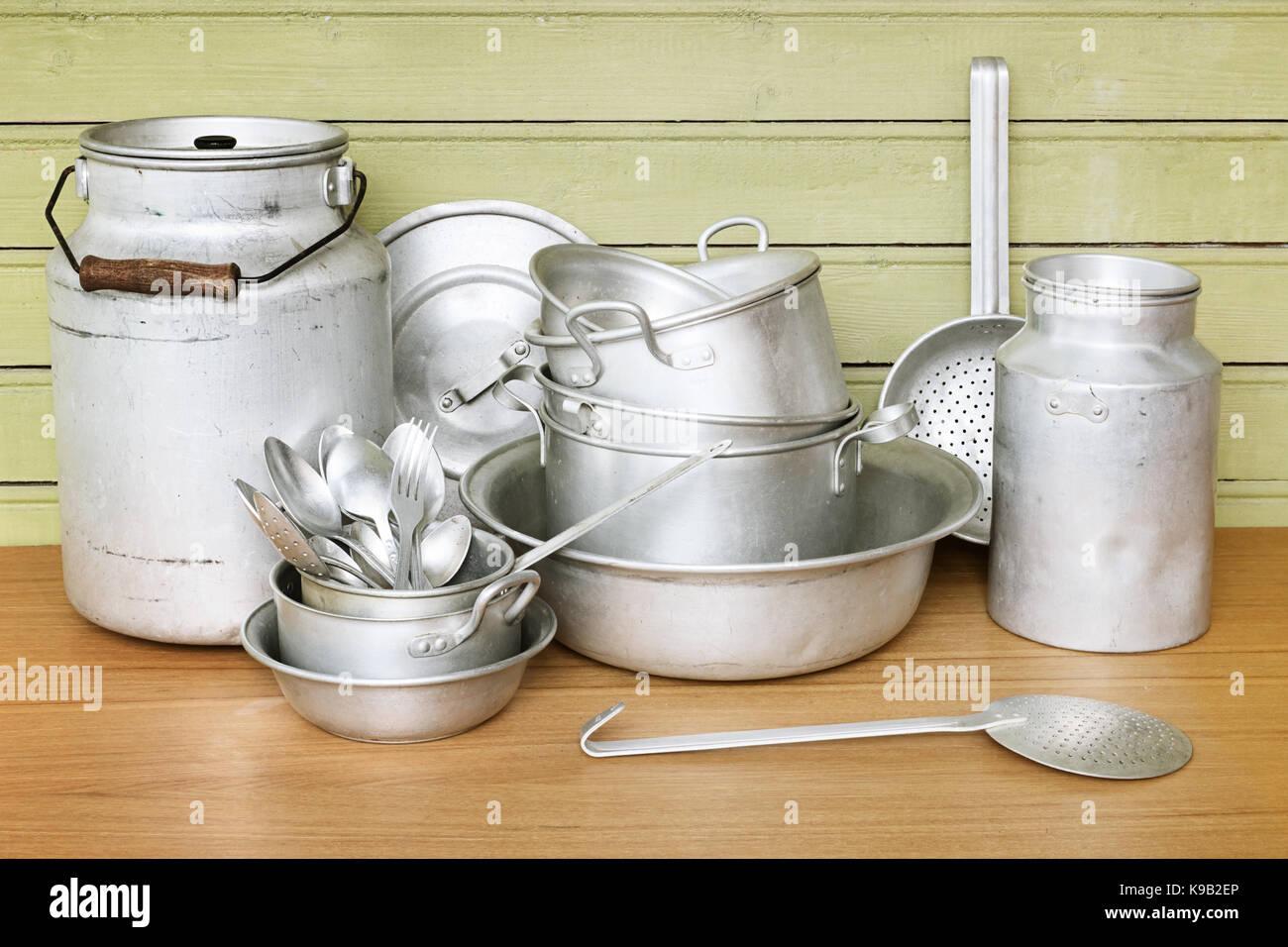 Alluminio vecchi utensili da cucina sono pentole, Gli scolapasta ...