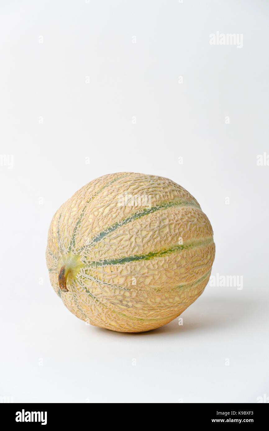 Il melone Cantalupo, isolato ancora vita su sfondo bianco Immagini Stock