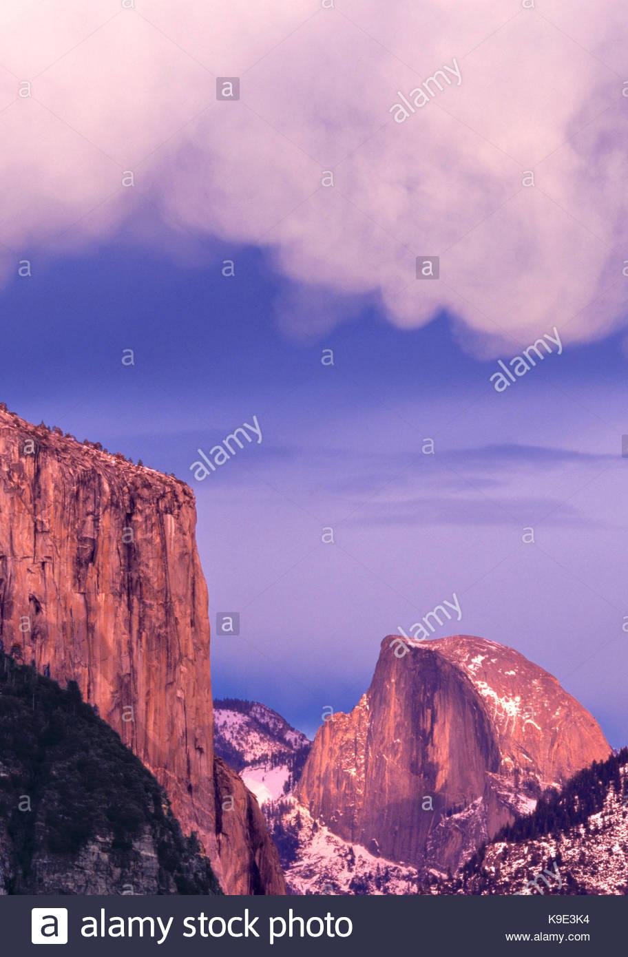 El Capitan, Half Dome e Cloud Mammatus formazione,Parco Nazionale Yosemite in California Immagini Stock