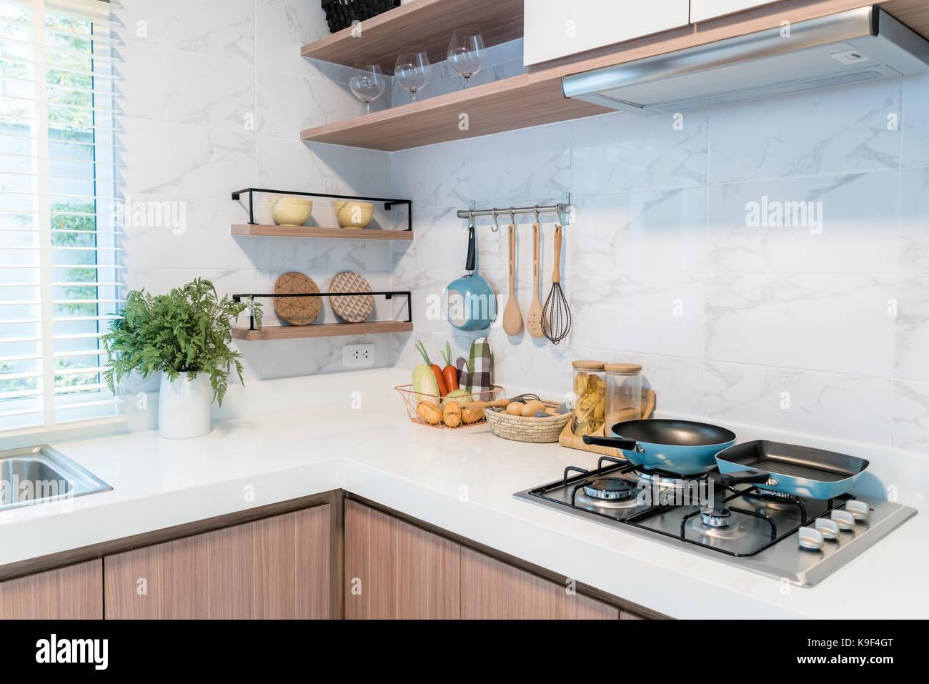 Cucina utensili da legno, chef accessori. pensili da cucina in rame ...