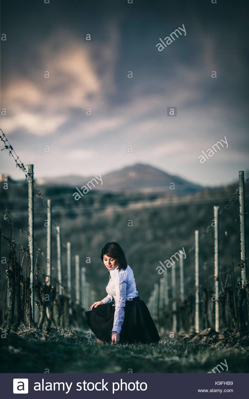 Signora in un campo Immagini Stock
