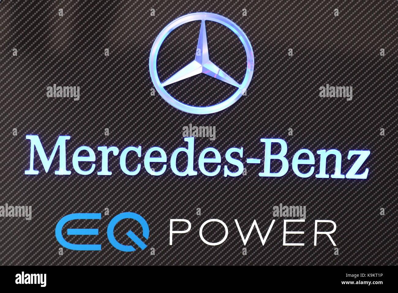 Mercedes-Benz promosso auto ibride sotto il logo e il marchio eq power al salone di Francoforte 2017 in Germania Immagini Stock