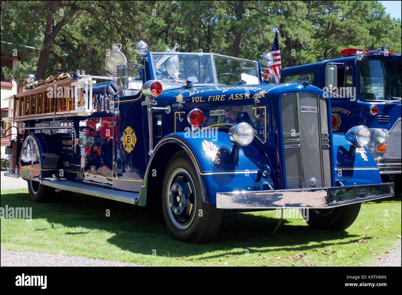 Blu vintage 1949 ward lafrance fire carrello sul display in corrispondenza di una apparecchiatura antincendio muster. Immagini Stock