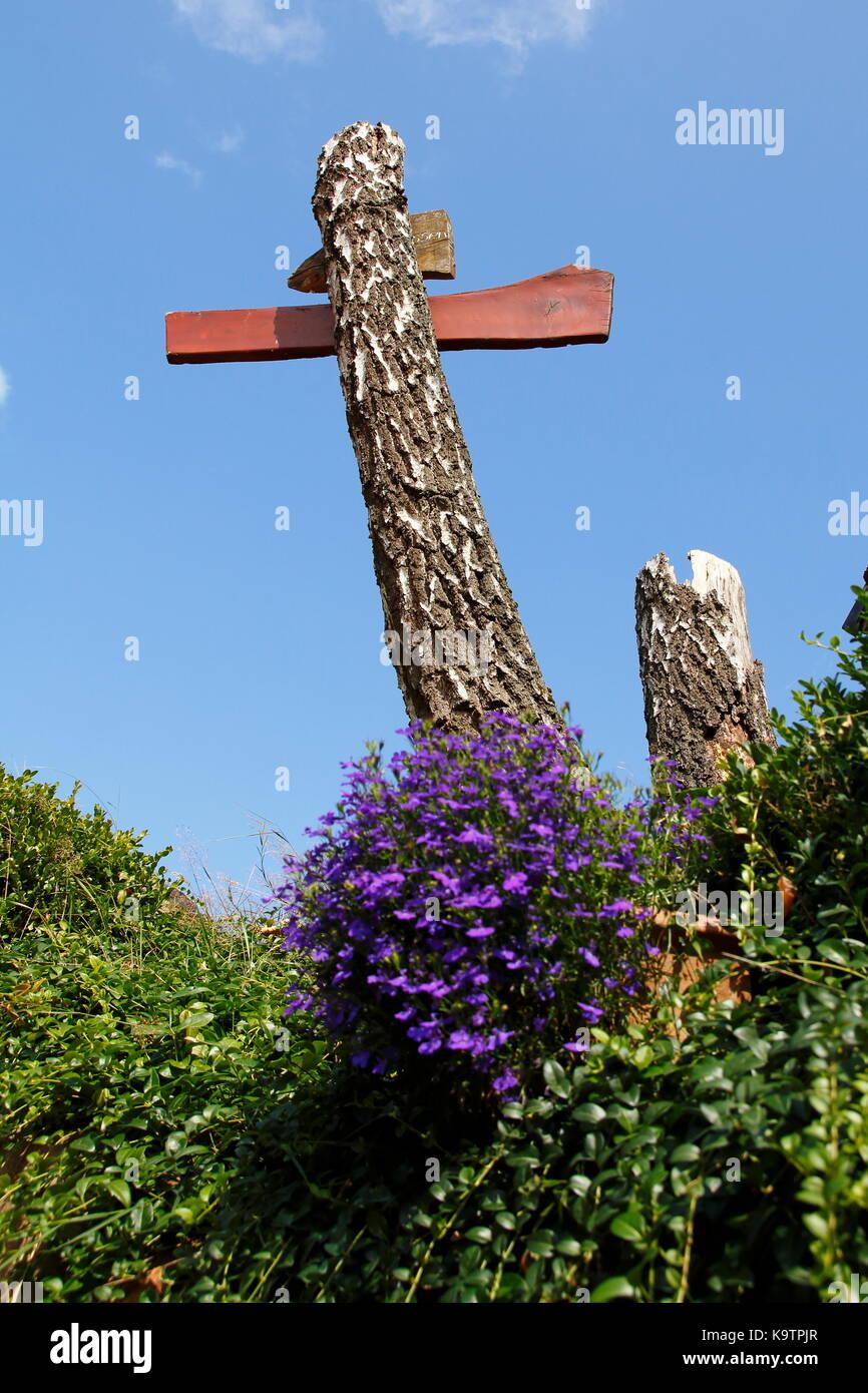 Kreuz, wegkreuz aus holz, baumstamm Immagini Stock