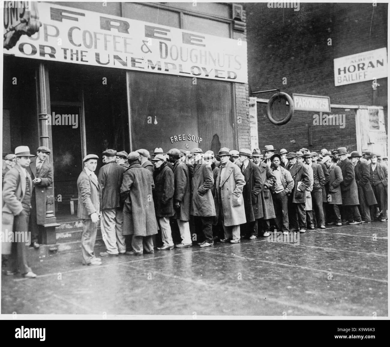 Gli uomini al di fuori di una mensa nel grande depressione (1931) Immagini Stock