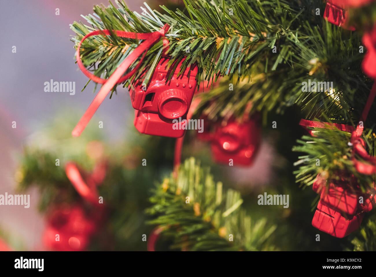 Albero Di Natale Decorato Con Piccole Figure Di Rosso Le Macchine