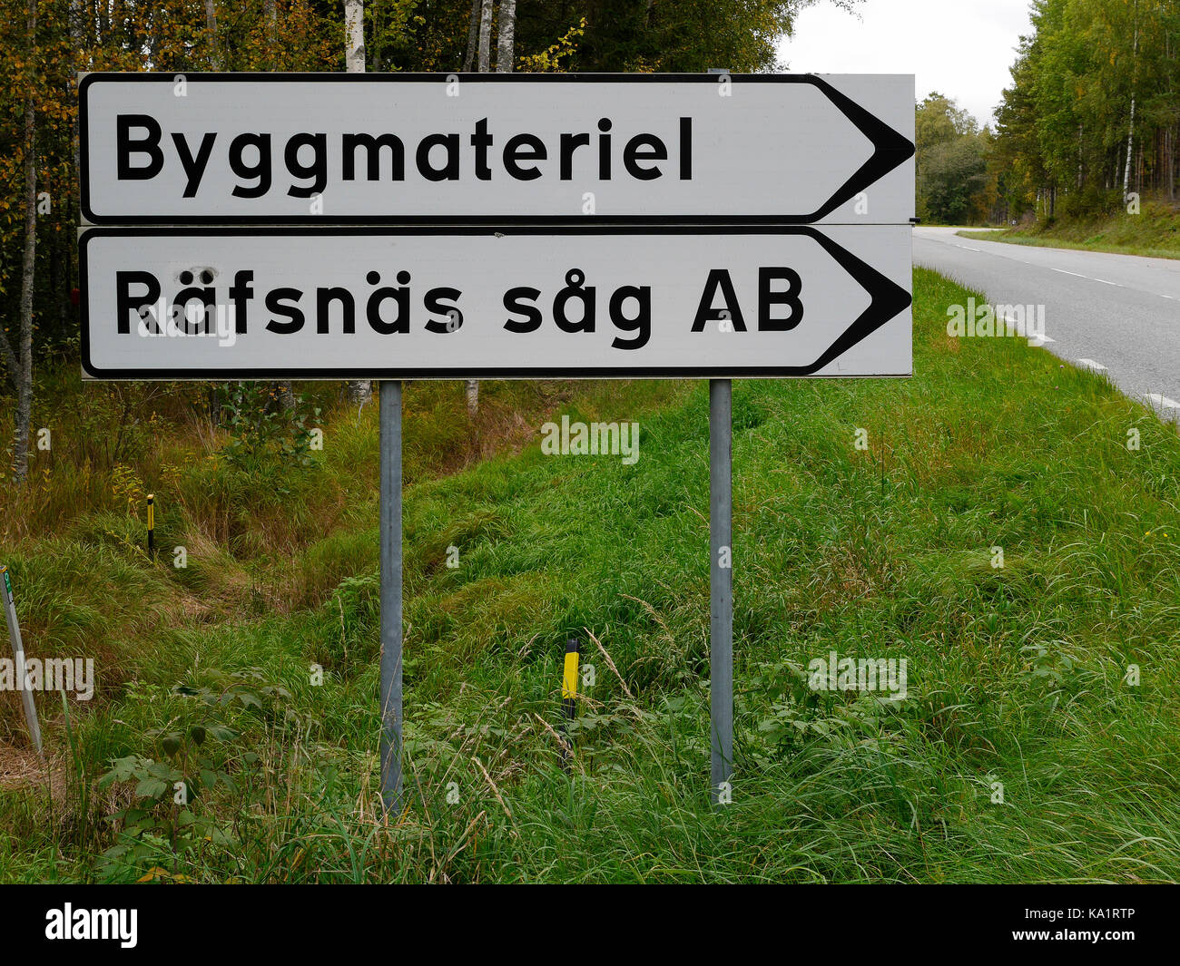Segnaletica stradale fuori Räfsnäs såg, vicino a Gräddö, Rådmansö, nell'arcipelago Roslagen di Stoccolma, Svezia, Europa. Foto Stock