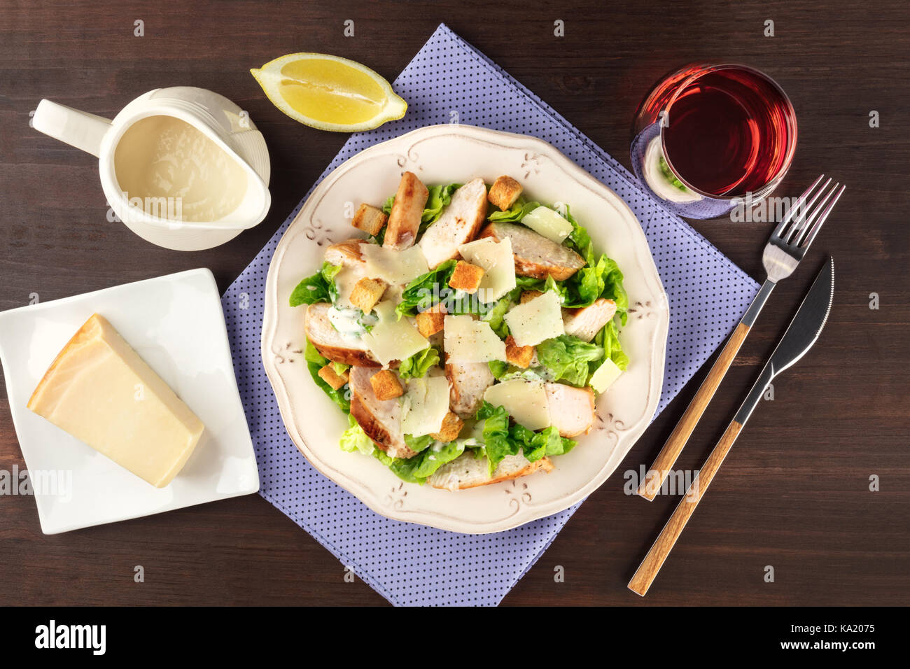 Pollo insalata caesar su sfondo rustico con copyspace Immagini Stock