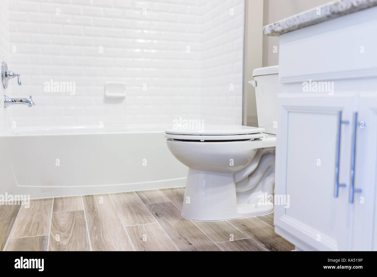 Bianca e moderna pianura pulire wc bagno vasca con doccia piastrelle