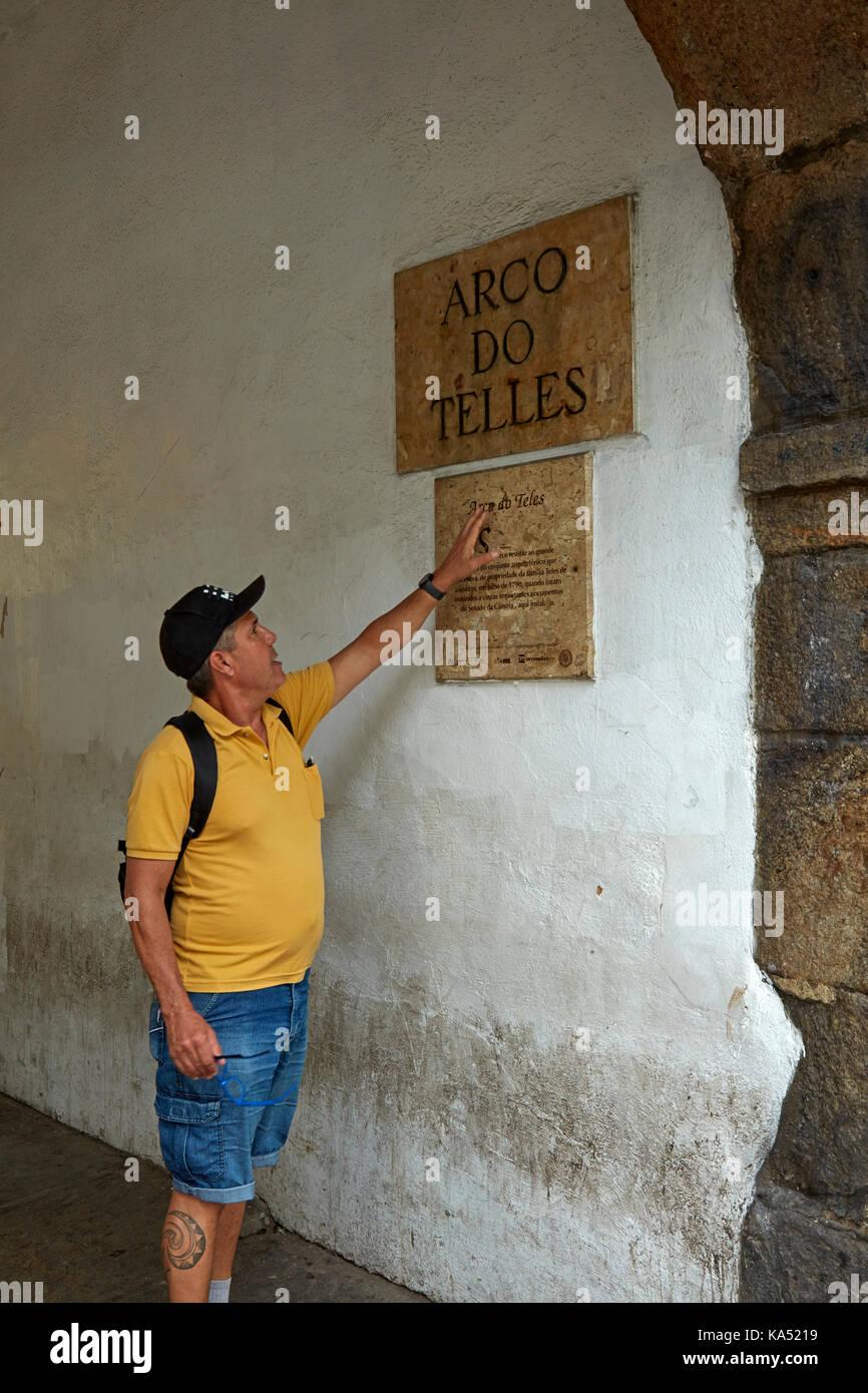 Rio guida turistica manu peclat ad arco fare telles (XVIII secolo arch), centro di Rio de janeiro, Brasile, Sud Immagini Stock