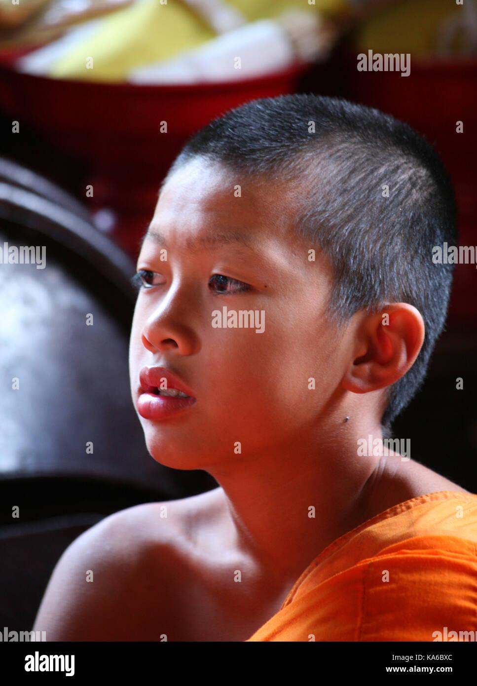 La vita quotidiana in un monastero buddista. Closeup Ritratto di giovane ragazzo da monaco buddista nel monastero. Immagini Stock