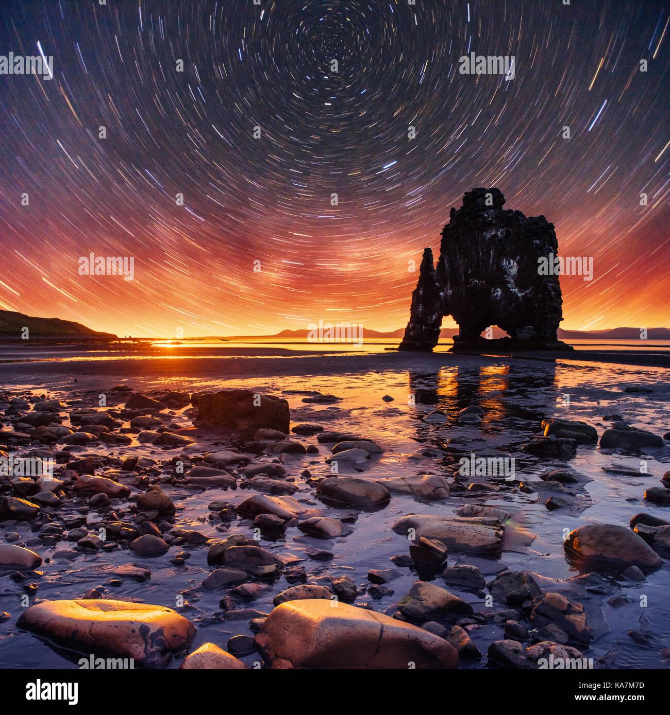 Cielo stellato in una spettacolare roccia nel mare sulla costa settentrionale dell'Islanda. leggende dicono Immagini Stock