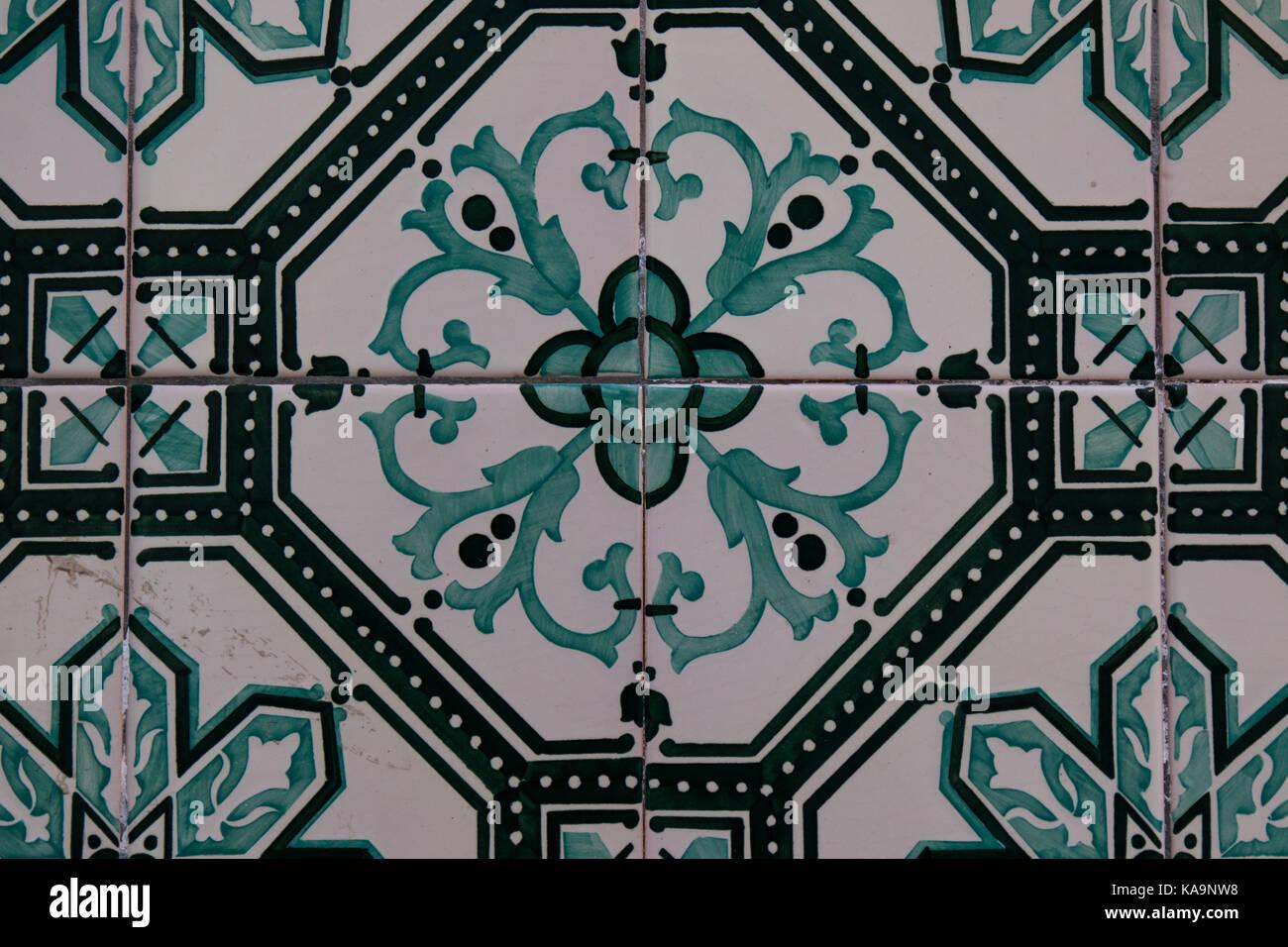 Il colore verde del dipinto piastrelle tradizionali sul muro di