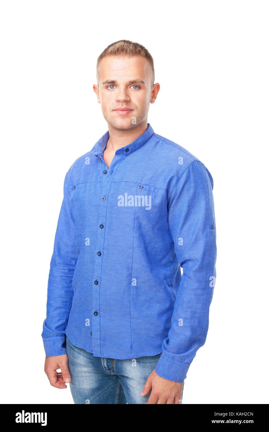 2b76151c93 Ritratto di giovane sorridente uomo che indossa una camicia blu ...