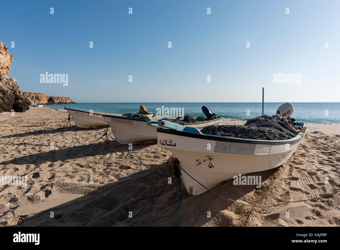 Barche di pescatori sulla spiaggia di Ras Al Jinz, Sultanato di Oman Immagini Stock