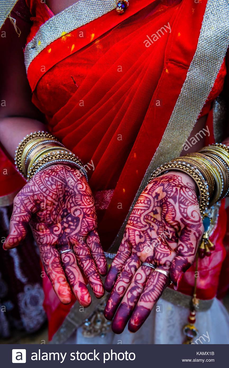 Donna di mani dipinte con henna colorante (Mehndi), Chhadi Mar Holi ...