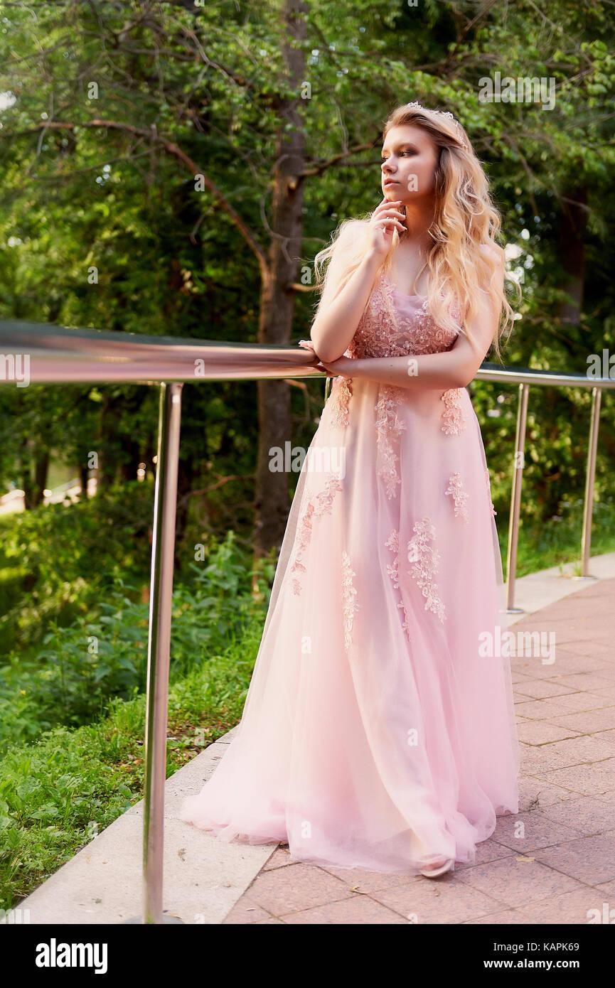 a5e061949c Ritratto di una sposa bella ragazza bionda in rosa Abito in pizzo ...