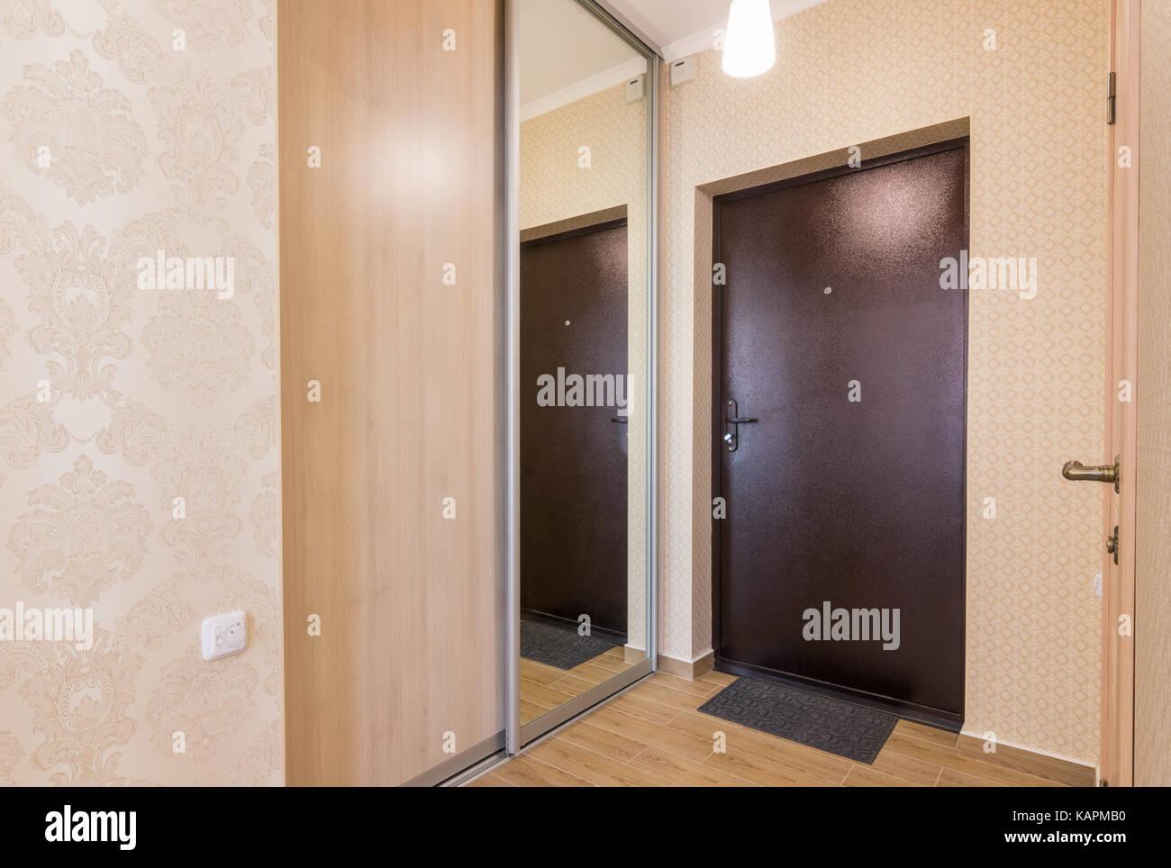 Mobili Per Corridoio E Ingresso : Corridoio al ingresso interno porta di ingresso e armadi a muro